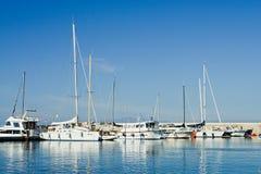 ISCHIA, ITALIË - OKTOBER, 10: Jachten in dok met blauwe hemel en overzees in zonnige dag, 10 Oktober, 2012 Stock Foto's