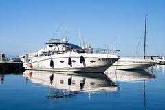 ISCHIA, ITALIEN - OKTOBER, 10: Weiße große Yacht im Dock auf glatter Meeresoberfläche, am 10. Oktober 2012 Lizenzfreies Stockbild