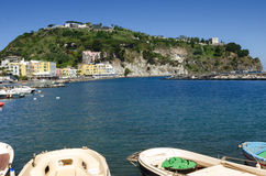 Ischions, bateaux au village de Lacco Ameno, Italie Images libres de droits