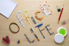 Iscription жизни офиса на деревянном столе клало из канцелярских принадлежностей офиса Будние дни клерка офиса Стоковая Фотография
