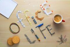 Iscription жизни офиса на деревянном столе клало из канцелярских принадлежностей офиса Завтрак клерка офиса Стоковая Фотография