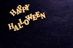 Iscrizione alla moda HALLOWEEN FELICE su un fondo blu scuro Parole delle lettere di legno Copi lo spazio immagine stock libera da diritti