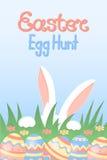 Iscrizione calligrafica di caccia dell'uovo di Pasqua Coniglio bianco con le zampe e gli orecchi rosa che si nascondono nell'erba Immagini Stock