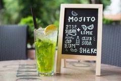 Iscrizione del gesso di Mojito Cocktail e ricetta sulla lavagna Fotografia Stock