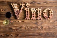 Iscrizione del Vino fatta dei sugheri con i vetri di vino Fotografie Stock