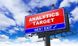 Iscrizione dell'obiettivo di analisi dei dati sul tabellone per le affissioni rosso Immagine Stock