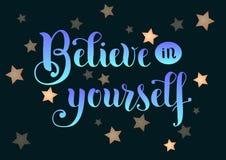 Iscrizione di calligrafia Believe in voi stesso con le lettere e le stelle blu di pendenza su fondo scuro Immagine Stock