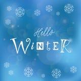 Iscrizione di calligrafia ciao dell'inverno con differenti lettere su fondo blu decorato con i fiocchi di neve Fotografia Stock Libera da Diritti
