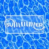 Iscrizione di estate su Azure Shining Water Surface Background Fotografie Stock