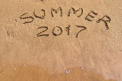 Iscrizione 2017 di estate sul primo piano della sabbia Fotografia Stock Libera da Diritti
