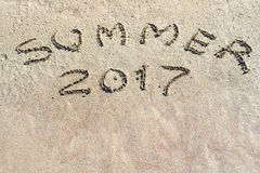 Iscrizione 2017 di estate sul primo piano della sabbia Fotografia Stock