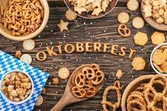 Iscrizione di Oktoberfest Cracker, ciambelline salate ed altre salati spuntino immagini stock libere da diritti