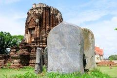 Iscrizione di pietra e costruzione antica Immagine Stock