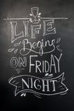 Iscrizione disegnata a mano del gesso La vita comincia venerdì sera, iscrizione per le stampe e manifesti, progettazione del menu Fotografia Stock