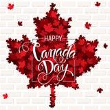 Iscrizione disegnata a mano di giorno felice del Canada Struttura delle foglie di acero Fotografie Stock Libere da Diritti