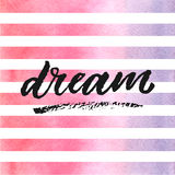 Iscrizione disegnata a mano di sogno sulle bande dell'acquerello nei colori viola e rosa Fotografia Stock Libera da Diritti