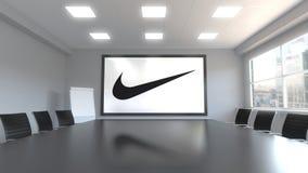 Iscrizione e logo di Nike sullo schermo in una sala riunioni Rappresentazione editoriale 3D Fotografia Stock
