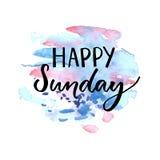 Iscrizione felice di domenica Testo scritto a mano sulla macchia blu e viola dell'acquerello illustrazione di stock