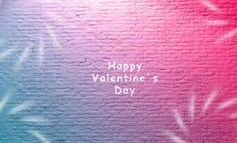 Iscrizione felice di giorno di S. Valentino davanti al muro di mattoni bianco invecchiato bello tono blu rosa porpora di corso e  immagini stock libere da diritti