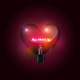 Iscrizione felice di vetro trasparente di giorno della lampadina del cuore e di biglietti di S. Valentino di incandescenza sul fo Immagine Stock Libera da Diritti