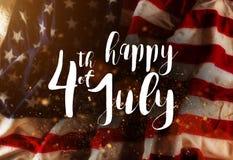 Iscrizione felice il quarto luglio con la bandiera di U.S.A. Fotografie Stock Libere da Diritti