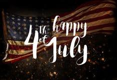 Iscrizione felice il quarto luglio con la bandiera di U.S.A. Fotografia Stock