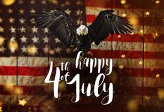 Iscrizione felice il quarto luglio con la bandiera di U.S.A. Fotografia Stock Libera da Diritti
