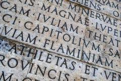 Iscrizione latina sulla parete esterna della parete di Ara Pacis a Roma, Italia Fotografia Stock Libera da Diritti