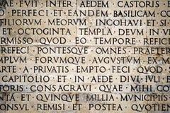 Iscrizione latina sulla parete esterna della parete di Ara Pacis a Roma, Italia Immagine Stock Libera da Diritti