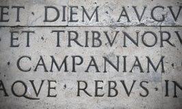 Iscrizione latina sulla parete esterna della parete di Ara Pacis a Roma, Italia Fotografie Stock