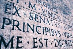 Iscrizione latina sulla parete esterna della parete di Ara Pacis a Roma, Italia Fotografia Stock