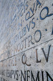 Iscrizione latina sulla parete a Roma, Italia Fotografie Stock Libere da Diritti