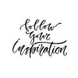 Iscrizione moderna di vettore Citazione segnata mano ispiratrice Segua la vostra ispirazione Immagine Stock
