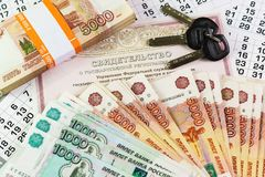 Iscrizione nel Russo: Certificato della registrazione dello stato del bene immobile Documenti e chiavi su una grande somma di sol Fotografie Stock
