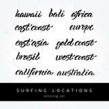Iscrizione praticante il surfing di posizioni Fotografia Stock
