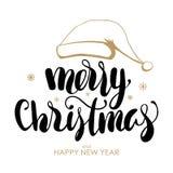 Iscrizione scritta a mano del Buon Natale e del buon anno con il cappello disegnato a mano di Santa Claus su fondo bianco illustrazione di stock
