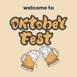 Iscrizione scritta a mano di Oktoberfest con due vetri dell'ape schiumosa royalty illustrazione gratis
