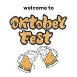 Iscrizione scritta a mano di Oktoberfest con le speranze e due tazze di birra illustrazione di stock