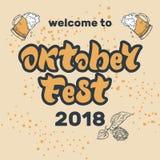 Iscrizione scritta a mano di Oktoberfest con le speranze e due tazze di birra illustrazione vettoriale