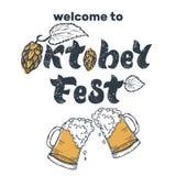 Iscrizione scritta a mano di Oktoberfest con le speranze e due tazze di birra royalty illustrazione gratis
