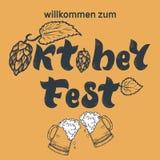 Iscrizione scritta a mano di Oktoberfest con le speranze ed i vetri di birra W illustrazione di stock