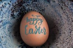 Iscrizione scritta a mano di Pasqua 2017 felici sul primo piano dell'uovo con la copia Fotografia Stock