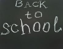 Iscrizione sulla lavagna della scuola di nuovo a scuola fotografie stock libere da diritti