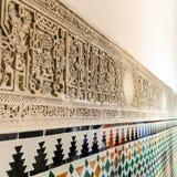 Iscrizioni arabe sulla parete dell'alcazar reale di Siviglia, Spai fotografia stock libera da diritti