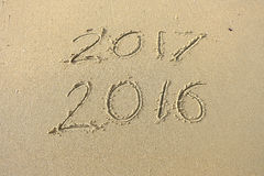 2016 2017 iscrizioni scritte nella sabbia della spiaggia Concetto di cele Fotografie Stock Libere da Diritti