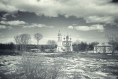 Isdriva på floden i Ryssland, kyrkan på kusten, Iet Arkivfoton