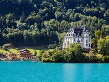 Iseltwald slott, sikt från den alpina sjön Brienz Fotografering för Bildbyråer
