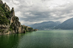 Iseo湖在洛韦雷& x28附近的; Italy& x29; 库存照片