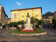 Iseo, Brescia, Italia Vistas de las calles del pueblo Él ` s un centro turístico italiano famoso imagen de archivo