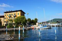 ISEO ITALIEN - MAJ 13, 2017: Sikt av pir av Iseo sjön med fartyg, Iseo, Italien Royaltyfria Foton